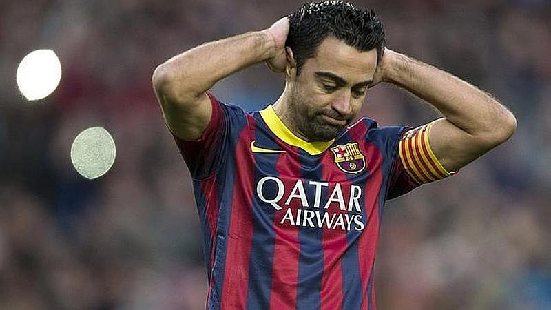 Un jugador de fútbol esta con sus manos detrás de la cabeza muy aburrido