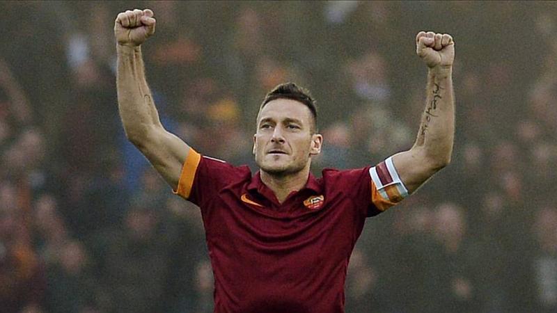 Un jugador de fútbol esta muy contento, con sus manos arriba