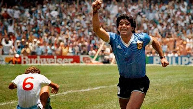 Un jugador de fútbol se siente muy feliz mientras corre con su mano arriba