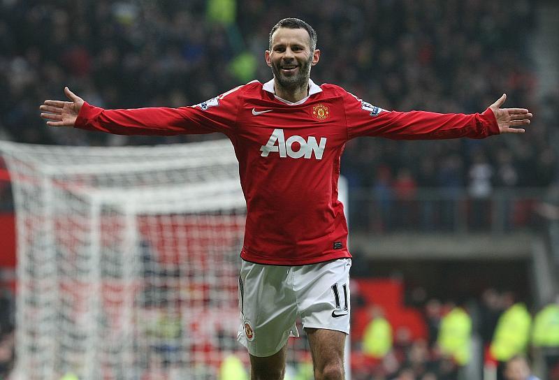 Un jugador de fútbol muy contento con los brazos abiertos