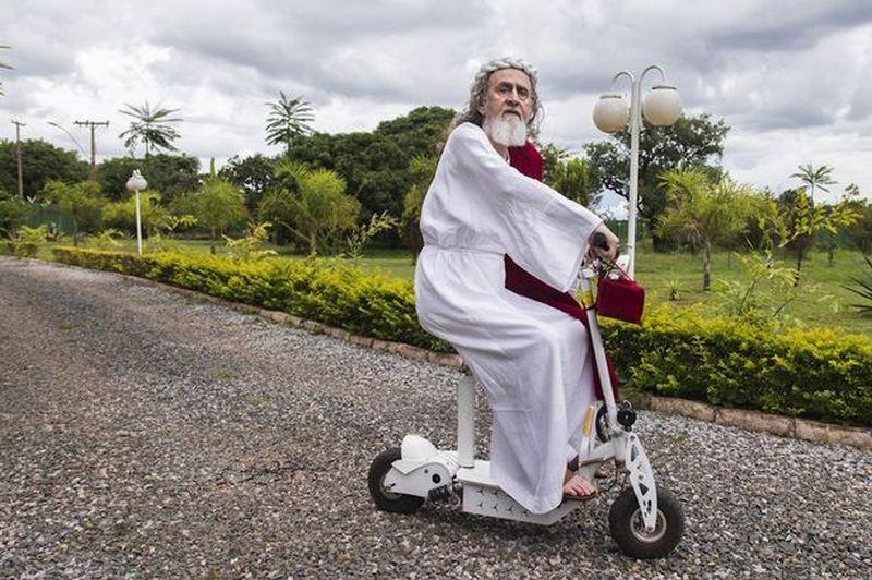 Inri Cristomontado en una mini moto