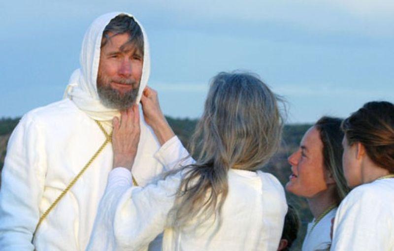 Personas vestidas de blanco aparentando una despedida