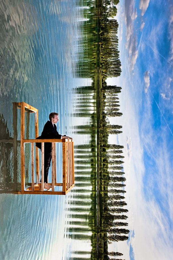 Un hombre acostado en el mar el esta como en una especie de balcón y al fondo se observan unos arbolitos