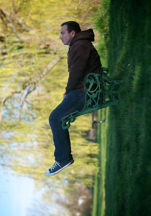 Hombre sentado en una silla observa la  naturaleza