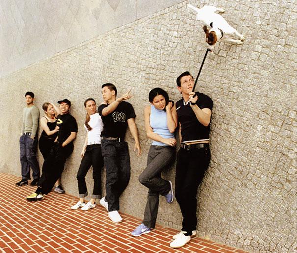 Un grupo de personas acostadas en el piso, con un perro al lado de ellos