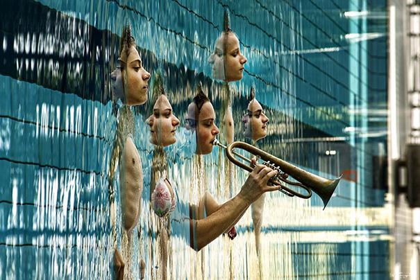 Varias personas acostadas en una piscina con su reflejo en el agua
