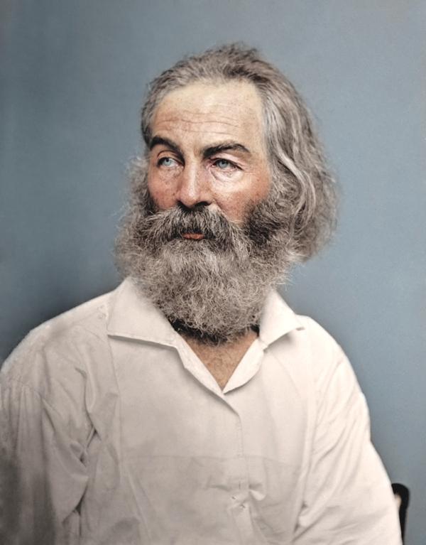 Tenemos un hombre mayor con barba  y pelo largo encanecido vestido con una camisa blanca el hombre tiene aspecto bondadoso