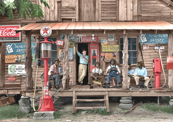 Vemos un viejo establecimiento donde hay seis hombres departiendo alegres las paredes  estan llenas de anuncios comerciales