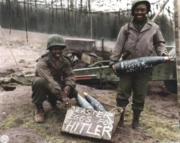 Observamos a dos hombres afrodecendientes con un cartel donde se burlan de un tirano t