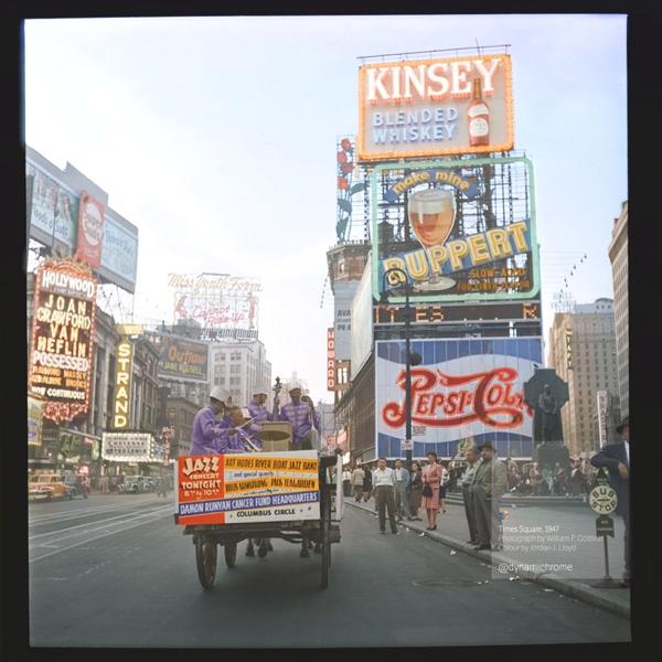 Vemos una calle congestionada y llena de avisos publicitarios de la época de los años50