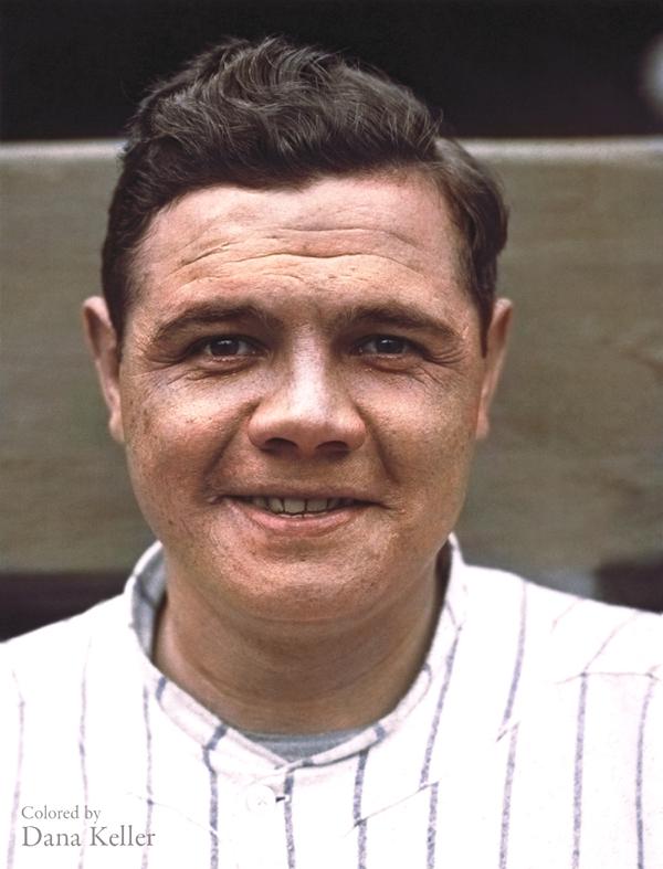 Vemos a un hombre joven sonriente con un uniforme de baseball de rayas azules