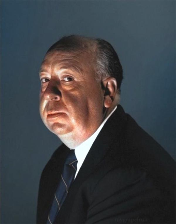 Veo a un hombre mayor con traje y corbata con un rostro tranquilo y mirada observadora