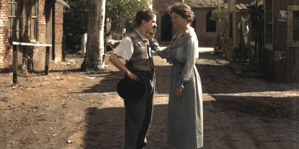 Observamos una pareja que habla alegremente en una casa de campo algo descuidada