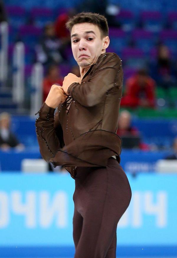 Un hombre patina  y tiene cara de horror como mirando donde podria carese