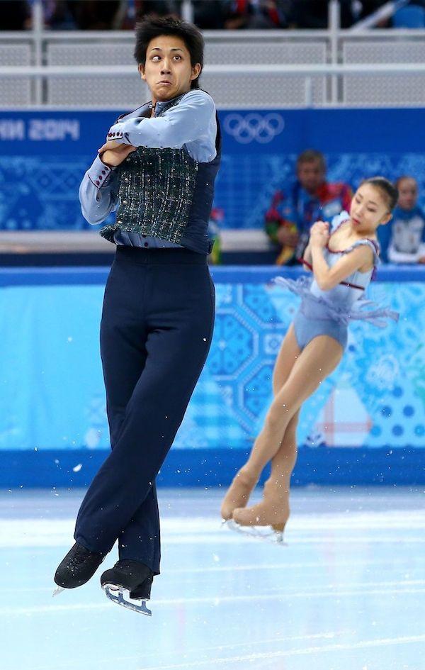 un profesor de patinaje entrena a su alumna mientras uno de sus ojos se extravia