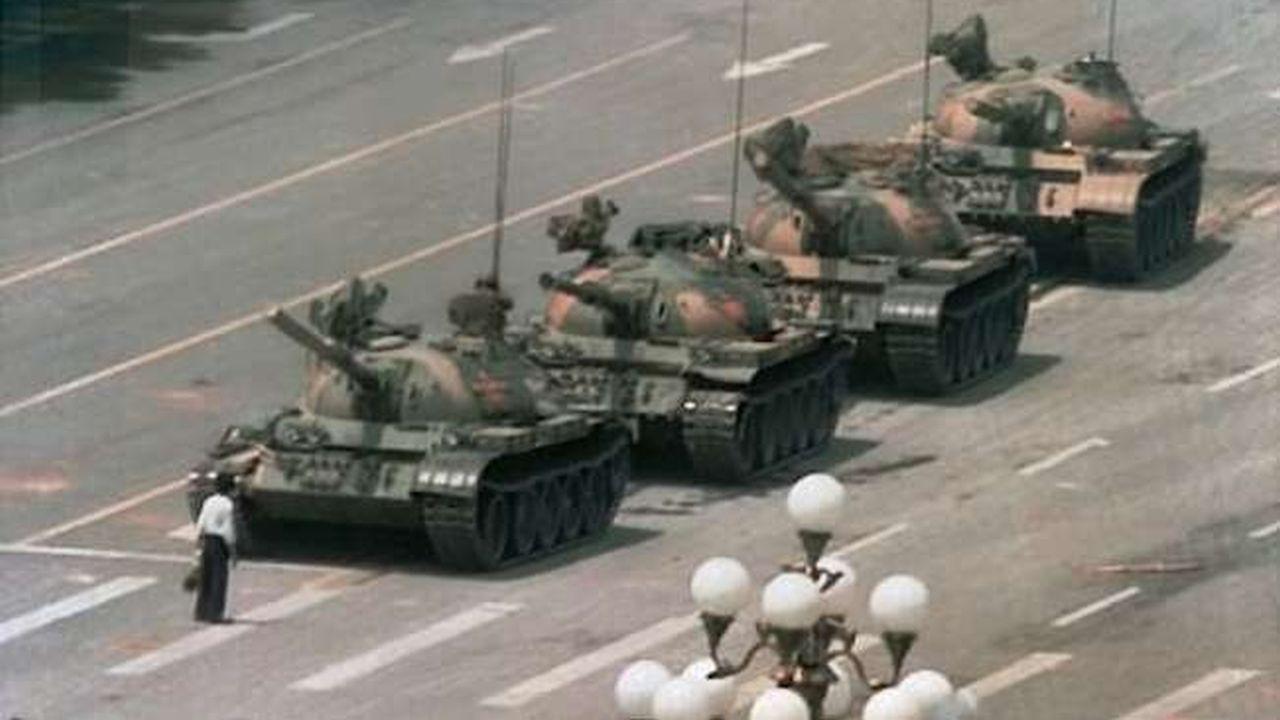 Hombre en frente de un tanque