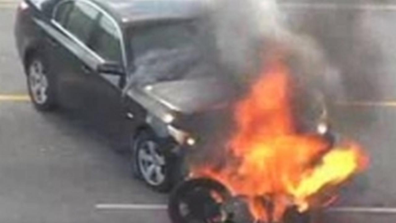 Hombre es rescatado debajo de un automóvil por peatones en el área