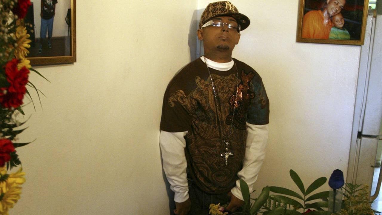 Joven pide ser embalsamado y velado en su casa parado de pie