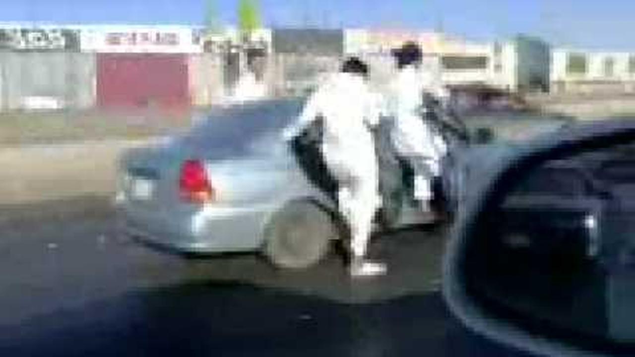 Jovenes sauditas patinando colgados de las puertas de su auto