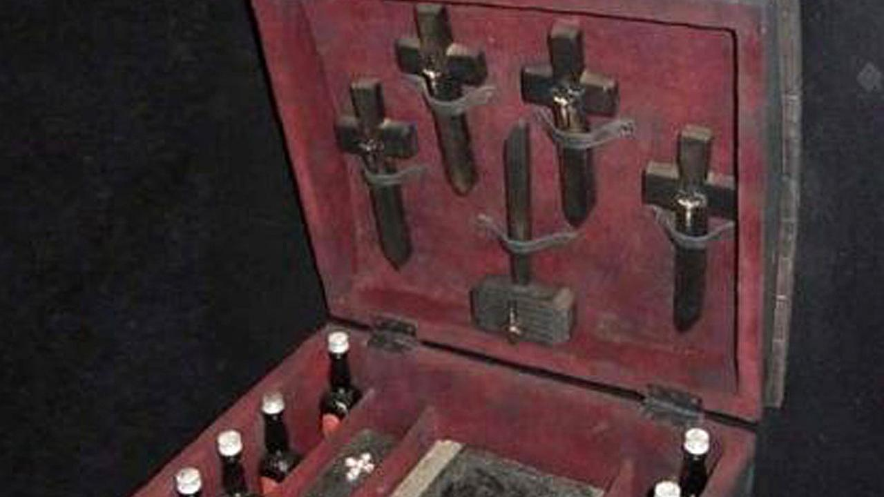 Kit para realizar exorcismos vendido por Internet