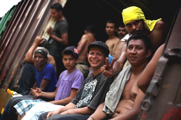 Observamos personas que van sonrientes en un tren  esperando el fin de la travesia