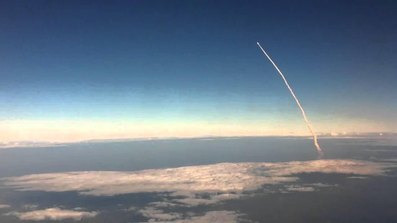Lanzamiento del trasbordador espacial visto desde un avión