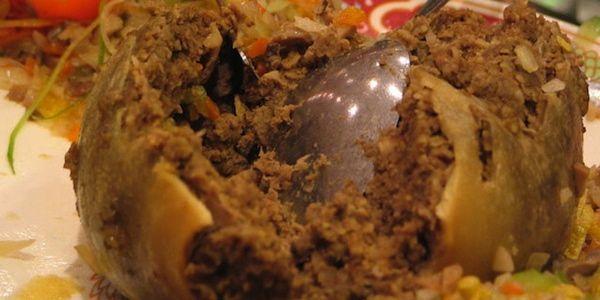 Observamos en el plato como una comida llena de carne acompañada de varias componentes mas