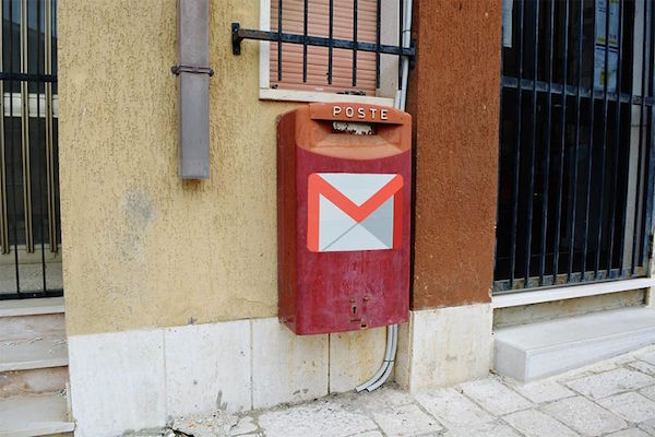 Sobre un buzón esta el logo de gmail