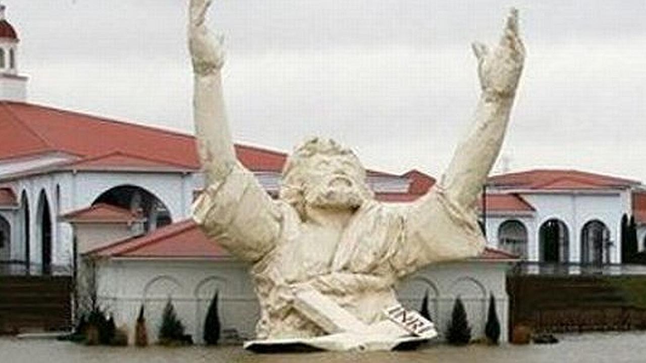 Los cielos destruyen estatua de -Jesús Anotación-