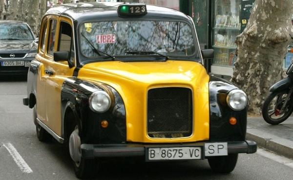 Tenemos un carro pequeño amarillo con negro muy limpio y cuidado con un aviso de libre y avanza por la calle