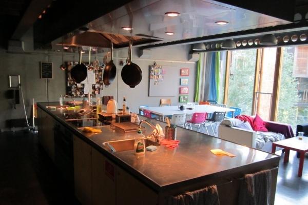 Ahora tenemos una cocina y un comedor con sillas pequeñas de colores y otros objetos sobre la  mesa y en el mesón de cocina tambien tiene cosas propias para su aseo