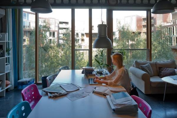 Ahora tenemos una sala grande con una mesa de trabajo amplia donde se puede trabajar comodamente tambien hay grandes lamparas suspendidas en el cielo raso