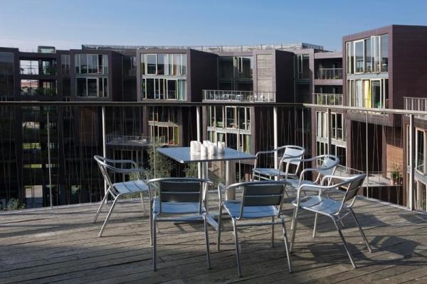 Ahora vemos una terraza donde hay una mesa con sillas para ver desde allí los otros edificios mas altos