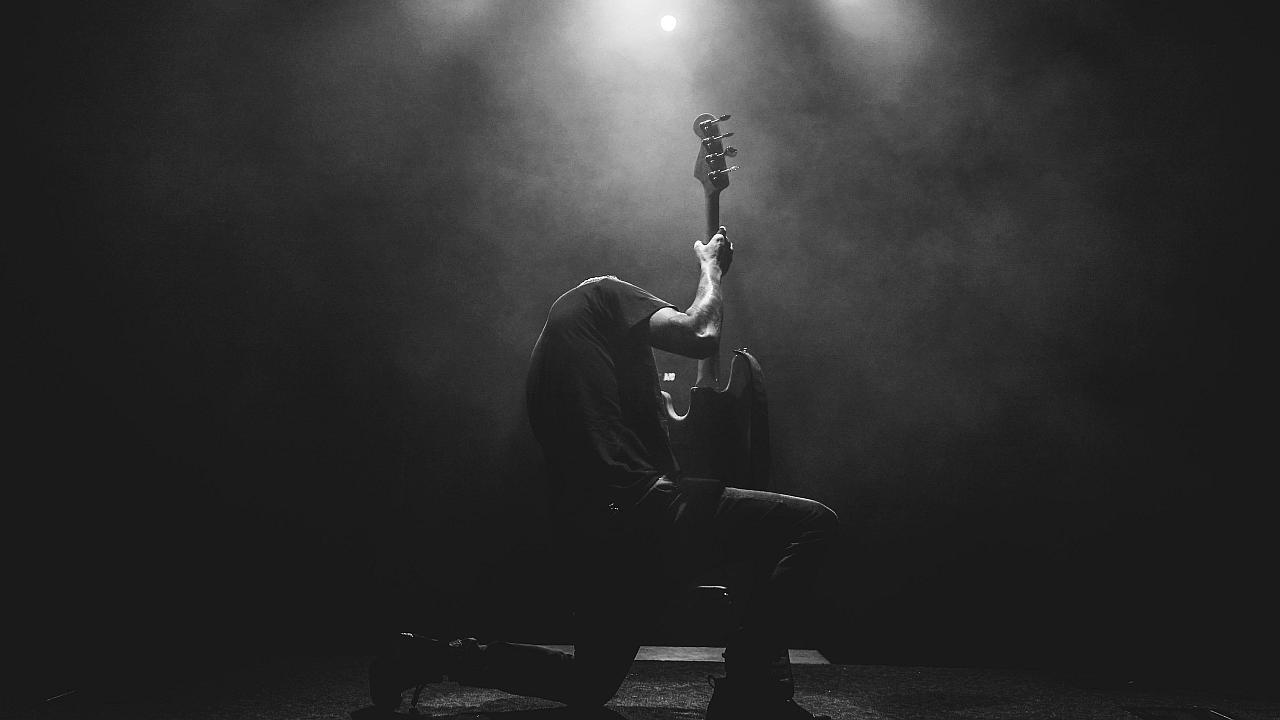Entre el Cielo y el Infierno: La Lucha de Fe del Rockero