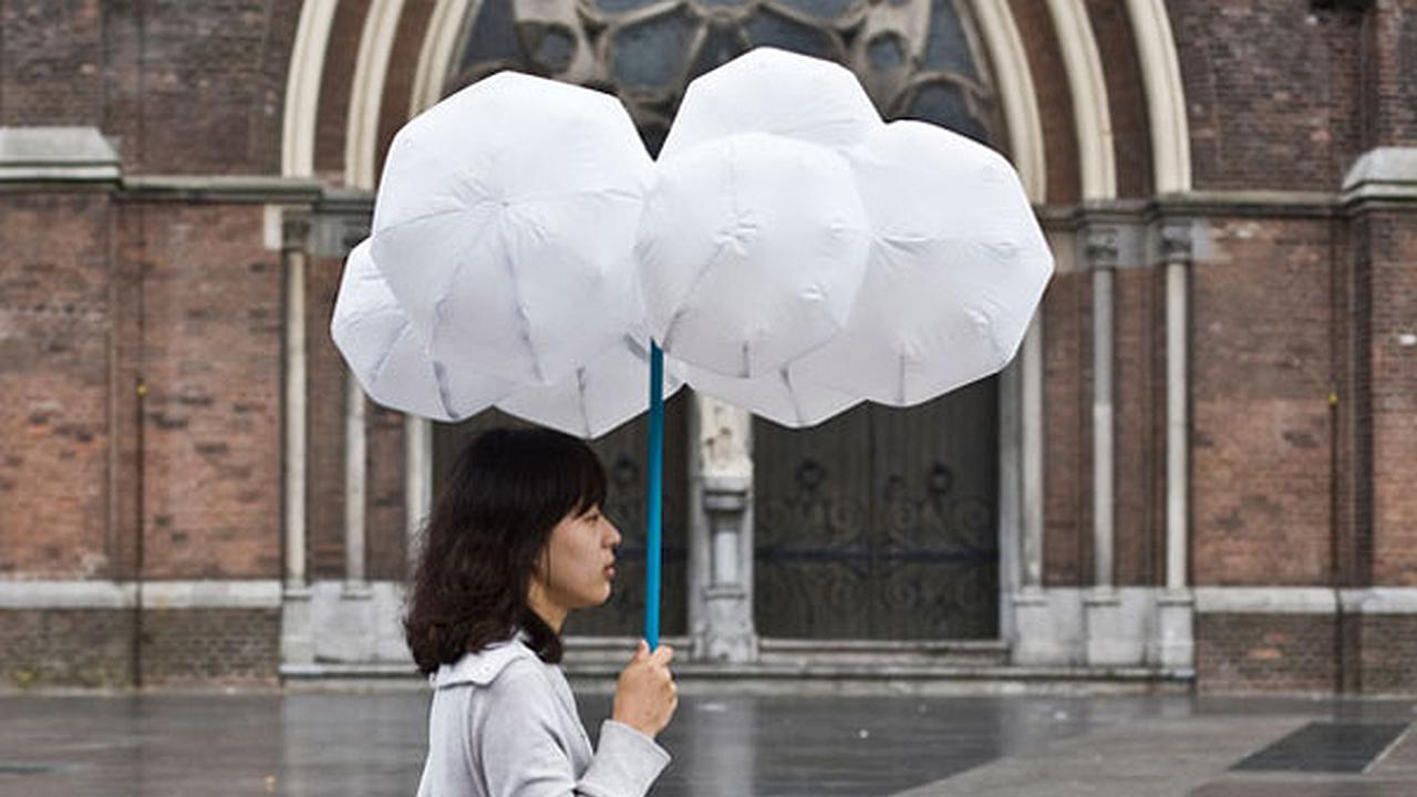 Manténgase seco en la lluvia con la sombrilla nube