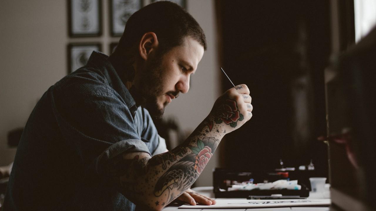 Misioneros con Biblia en Mano y Tatuajes en el Brazo