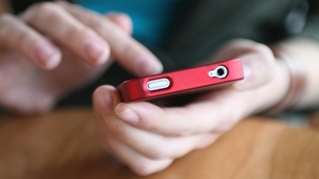 Niña de 13 años envía 14528 mensajes de texto en un mes
