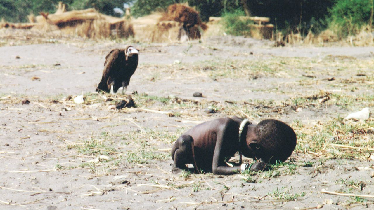 Niño hambriento y buitre