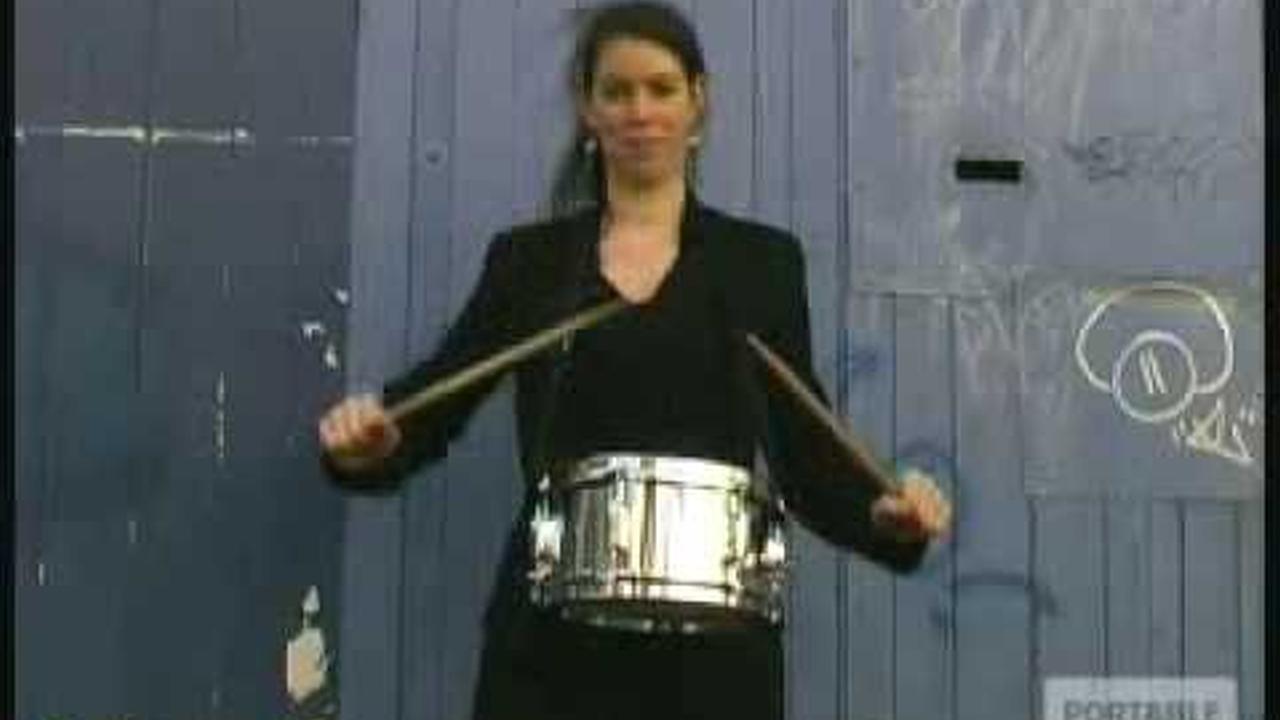 Personas con edades de 1 a 100 tocando un tambor