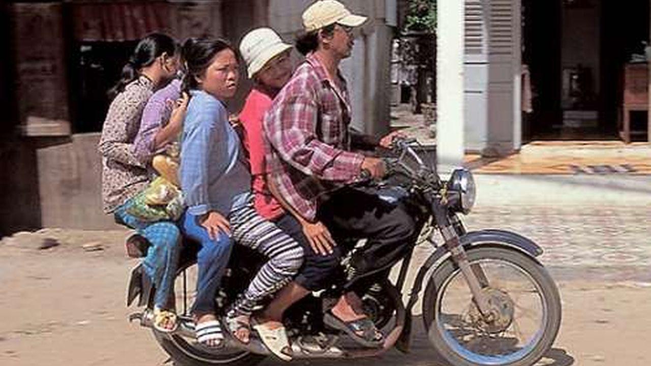 Personas usando motocicletas en formas peligrosas