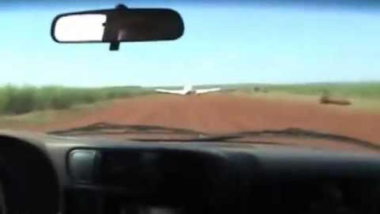 Policía golpea ala de avión para detener contrabandistas