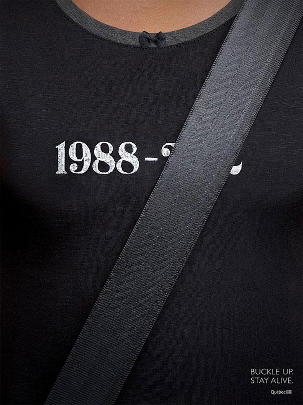 Tenemos una camiseta negra con una fecha y el otro numero no se ve por la correa que baja y lo tapa el mensaje que trae grabado es use el cinturon