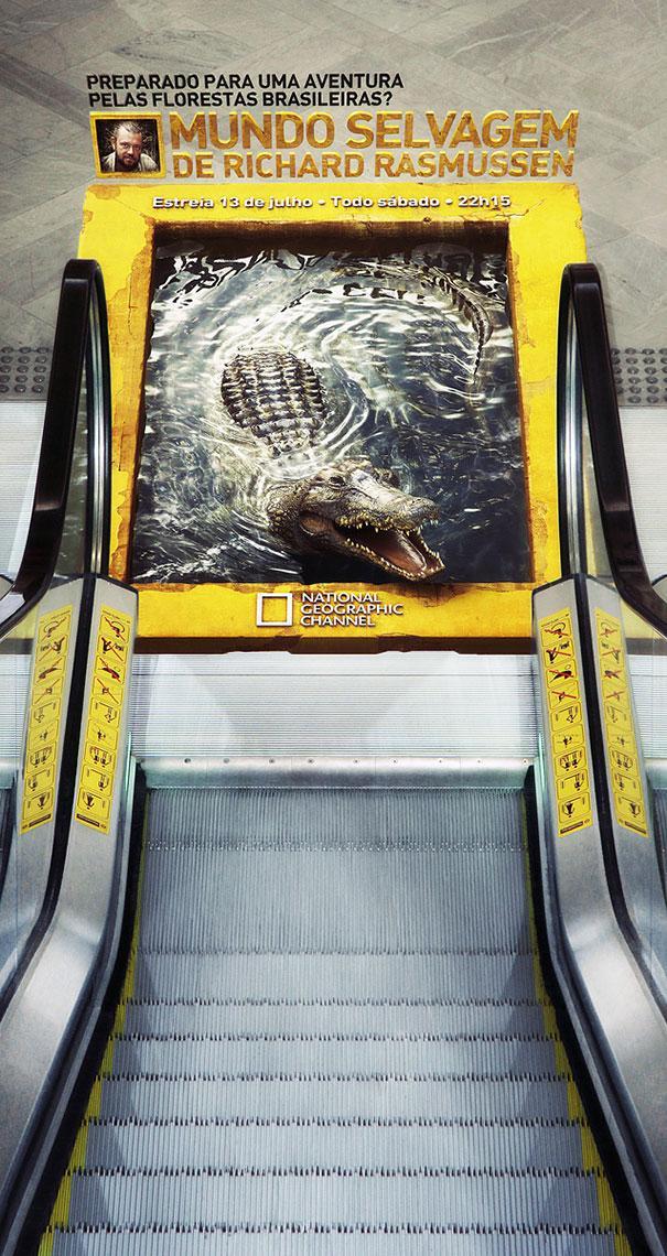 Un final de una escalera electrica con agua donde hay un cocodrilo y luego continua la escalera hasta el final