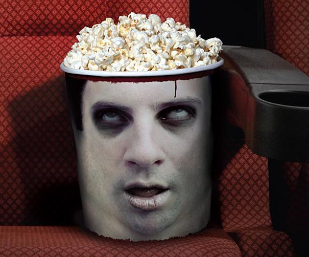 Un tarro con rostro humano en una silla de un teatro encima  de su cabeza tiene un plato con crispetas que hacen las veces de sombrero