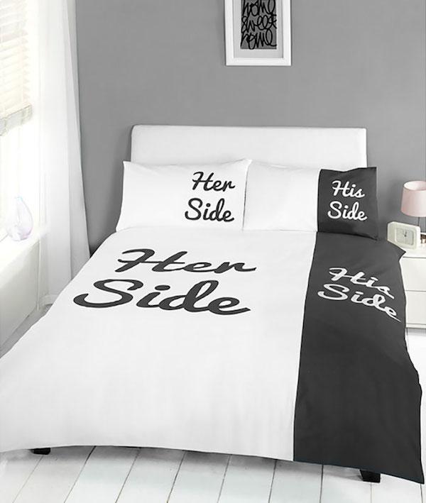 Tenemos aqui una cama amplia con una sabanas donde se muestra con palabras en ingles el sitio para el y para ella en la cama siendo el de El de casi la totalidad de la cama  mientras el espacio de ella muy pequeño
