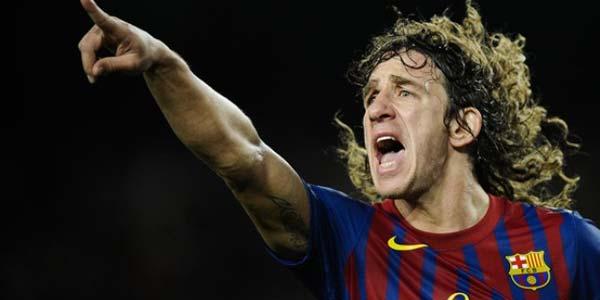 Vemos aun  jugador de futbol  que corr y señala a una parte y lleva su pelo alborotado