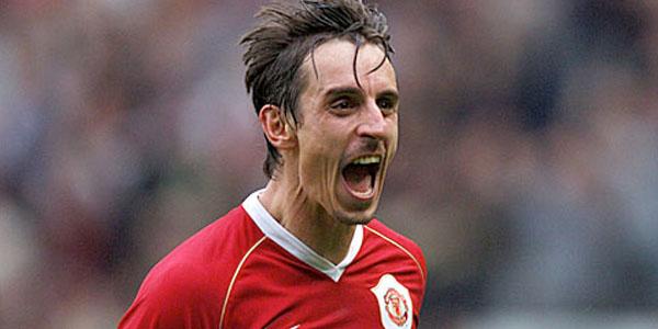 Tenemos a jugador de futbol camiseta roja muy sudoroso que grita  muy duro