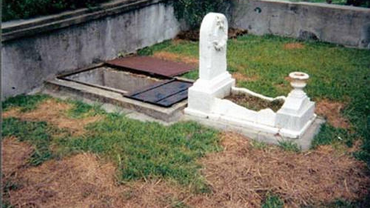 Una tumba muy extraña y terrorífica