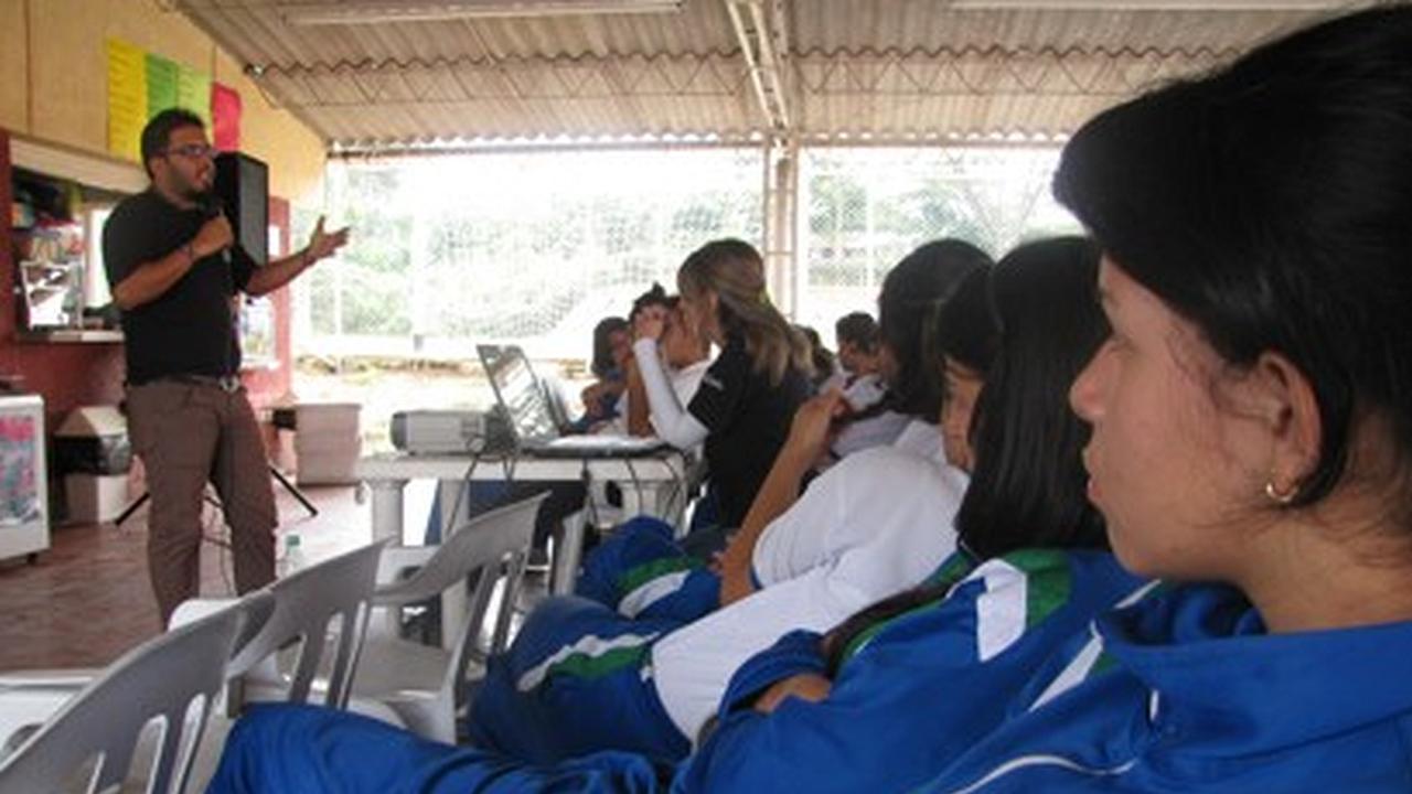 Zonaj visitá el Colegio de la Policía